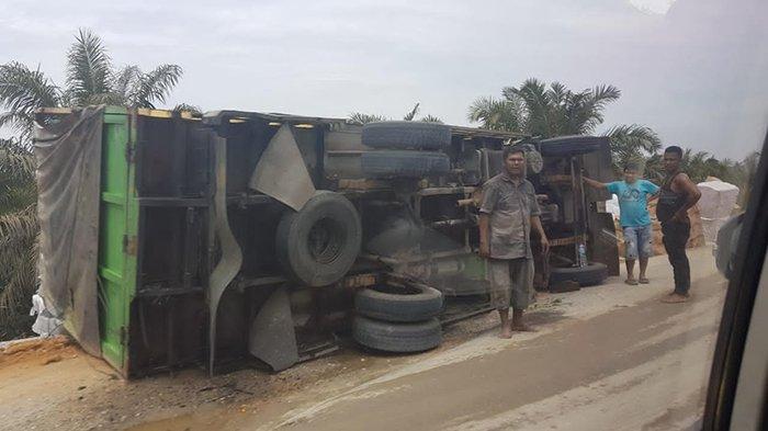 Truk terbalik di Jalan Lintas Provinsi Riau, Siak-Pekanbaru, tepatnya di pangkal jembatan Sungai Puing, Kecamatan Koto Gasib, Kabupaten Siak.