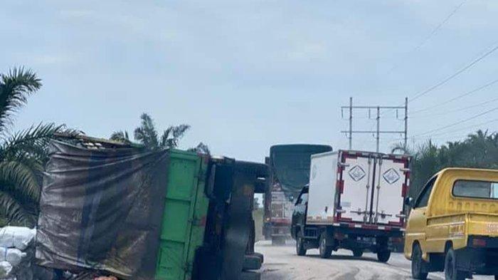 Truk Barang Terbalik Gegara Ini,Macet Panjang di Jalan Siak-Pekanbaru,Ini yang Dilakukan PUPR Siak