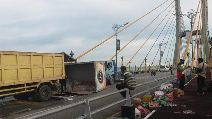 Sopir Syok Truk Box Terguling di Jembatan TASL Siak,Air Mineral Berserakan, Ini Penyebab Mobil Oleng