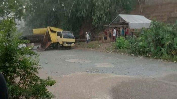 Pohon tumbang menimpa mobil box kuning yang melintas di jalan lintas Kuansing - Inhu, tepatnya di Desa Koto Sialang, Kecamatan Inuman, Kuansing, Senin malam (3/5/2021).
