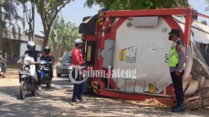Truk tronton tangki berplat nomor W 8831 UT terguling di Jalan Raya Pati-Tayu, Desa Mojoagung, Kecamatan Trangkil, Selasa (12/10/2021).