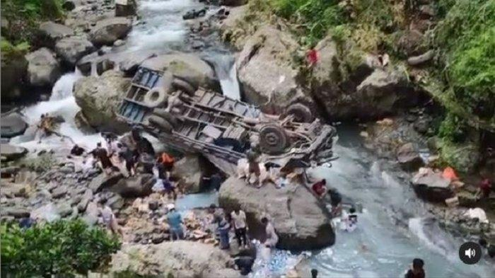 Warga ramai memunguti muatan truk yang terjun ke sungai di Sitinjau Lauik, Padang, Rabu (5/5/2021).