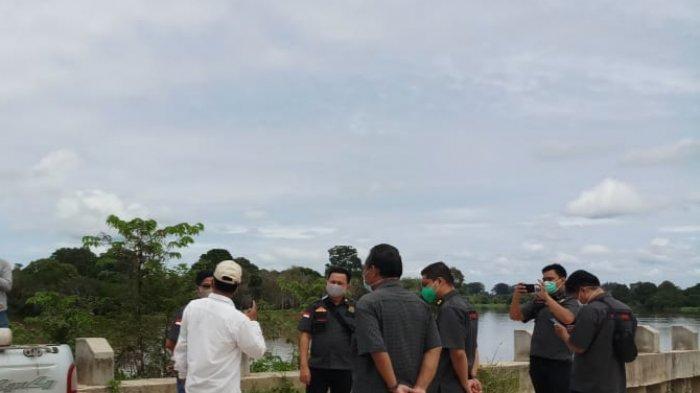 Tim Pidsus Kejati Riau kembali melakukan peninjauan ke lokasi turap yang roboh di lokasi Danau Tajwid, Kecamatan Langgam, Kabupaten Pelalawan, Rabu (7/10/2020).