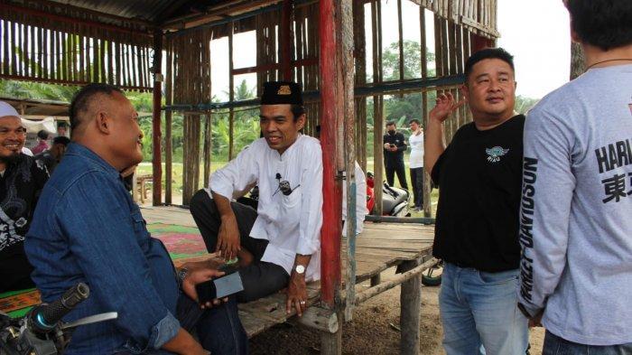 UAS bercengkrama dengan anggota IMBI Riau saat meninjau pembangunan pesantren di Palas