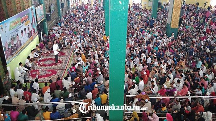 Ustad Abdul Somad ceramah di Mesjid Ulul Azmi Pangkalan Kerinci dalam acara Tabligh Akbar rangkaian HUT Kabupaten Pelalawan yang ke-19, Rabu (10/10/2018).
