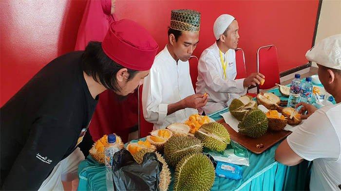 Ustaz Abdul Somad Makan Durian di Kota Tarakan, Netizen Salah Fokus Sama Pria Berpeci Merah