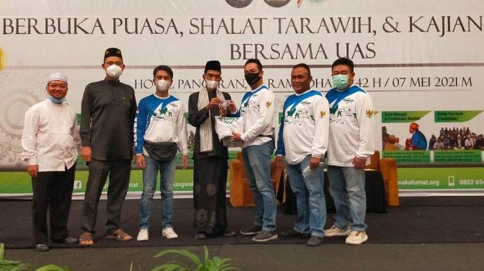 Ketua IMBI Riau, Taufik menyerahkan KTA IMBI ke UAS saat acara Ramadhan di Hotel Pangeran
