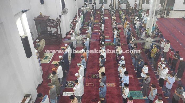 Suasana Tarawih Perdana Ramadhan 2021 di Pekanbaru, Jemaah Masjid Terapkan Protokol Kesehatan - umat-muslim-melaksanakan-sholat-tarawih-berjemaah-di-mesjid.jpg