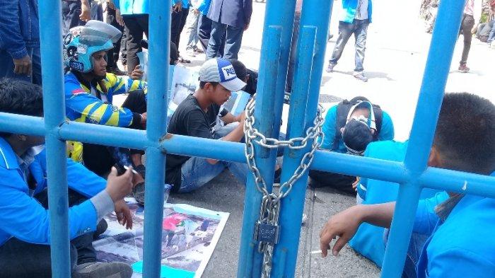 Aksi Dorong Massa dengan Petugas Keamanan di Depan Pelabuhan Pelindo Dumai