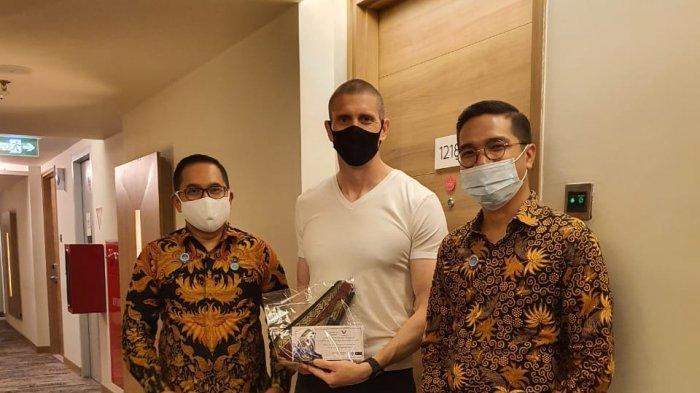 92 Tamu dari US Air Force Diberi Kenang-kenangan Tanjak, Nginap Sebulan di Novotel Hotel Pekanbaru