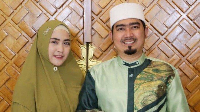 Ustaz Solmed dan istrinya April Jasmine