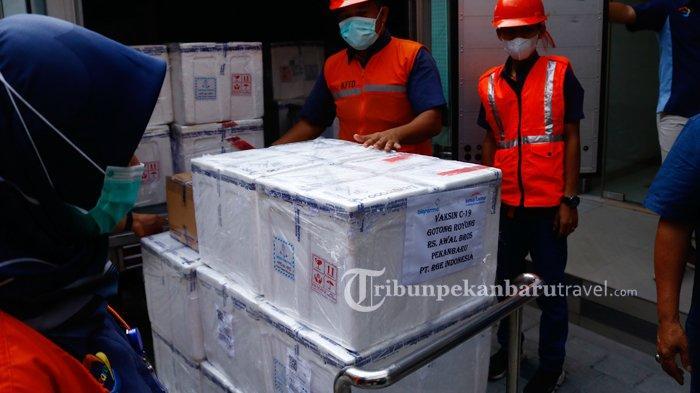 Vaksin Covid-19 Gotong Royong untuk pekerja di Riau tiba secara perdana di RS Awal Bros A Yani Pekanbaru , Rabu (2/6/2021). Vaksin dari PT Bio Farma tersebut disalurkan melalui PT Kimia Farma dan diberikan kepada RS Awal Bros A Yani untuk para pekerja di PT Riau Andalan Pulp and Paper (RAPP).
