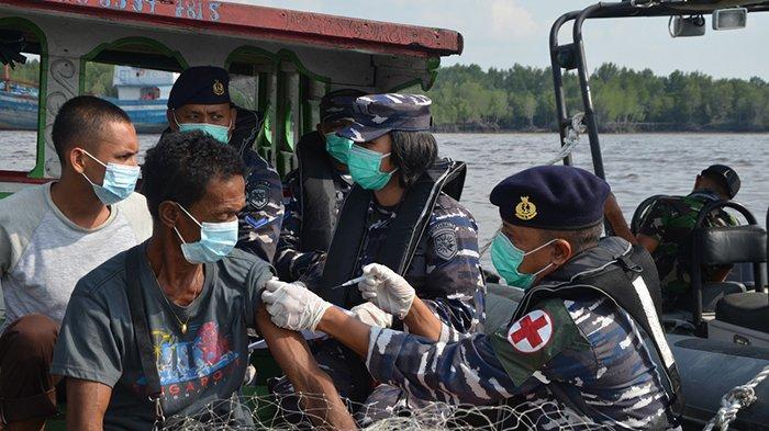 Vaksinasi di Tengah Laut,Langsung Datangi Nelayan yang Cari Ikan,Jemput Bola Pangkalan TNI AL Dumai