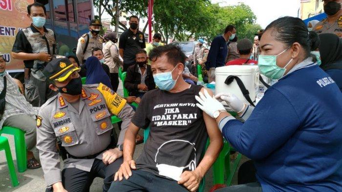 Mumpung Gratis Dapat Sembako Lagi, Warga Antusias Ikut Vaksinasi Keliling Polresta Pekanbaru