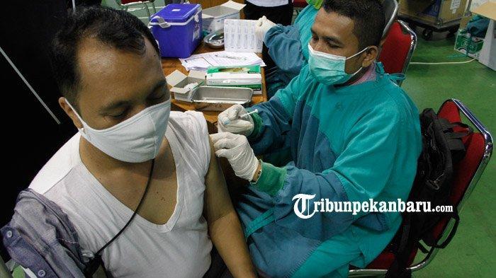 Pemerintah Provinsi Riau melaksanakan vaksinasi Covid-19 tahap kedua yang diikuti  sekitar 2.000 orang di Gelanggang Olahraga Remaja Pekanbaru, Senin (1/3/2021).  (www.tribunpekanbaru.com / Doddy Vladimir)