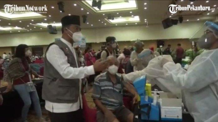 Dinas Kesehatan Kota Pekanbaru menggelar vaksinasi terhadap masyarakat lanjut usia atau lansia secara massal, Jumat (12/3/2021) di Hotel Furaya Pekanbaru.