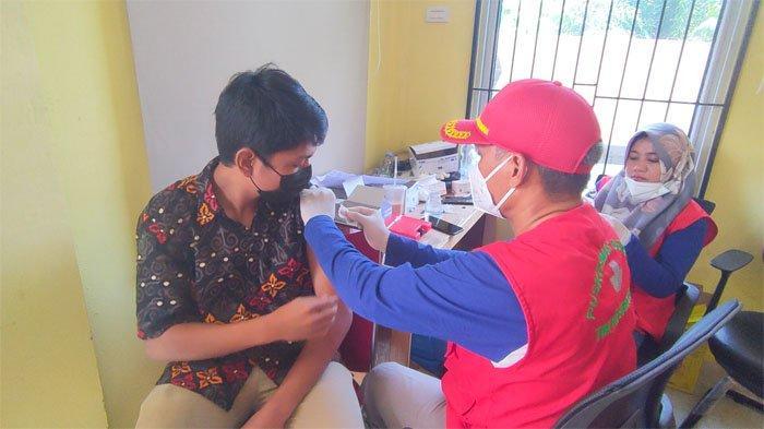 Warga Mengantri Sejak Pagi, Diskes Pelalawan Suntikan 1.000 Dosis Vaksin ke Masyarakat