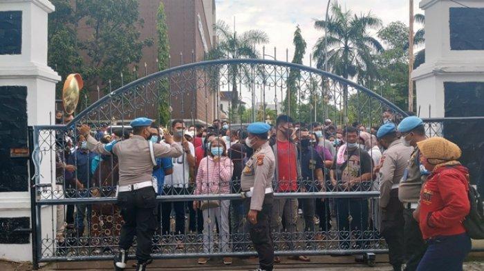BREAKING NEWS: Warga Serbu RS Bhayangkara Pekanbaru Untuk Vaksin Covid, Kerumunan Tak Terhindarkan