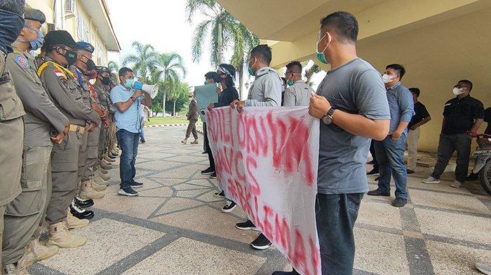 Massa dari oganisasi Tunas Muda Pelalawan (TMP) unjuk rasa di kantor DPRD Pelalawan Riau pada Rabu (17/3/2021), meminta penjelasan terkait kasus VCS oknum anggota dewan.