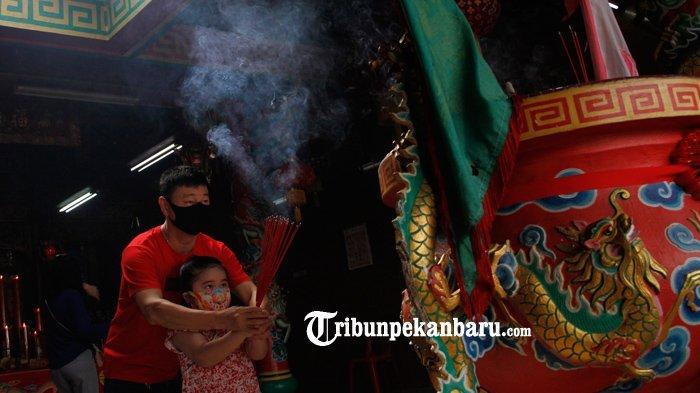 Wraga Tionghoa melaksanakan ibadah di Vihara Surya Dharma Jalan Angkasa, Pekanbaru Jumat (12/2/2021).