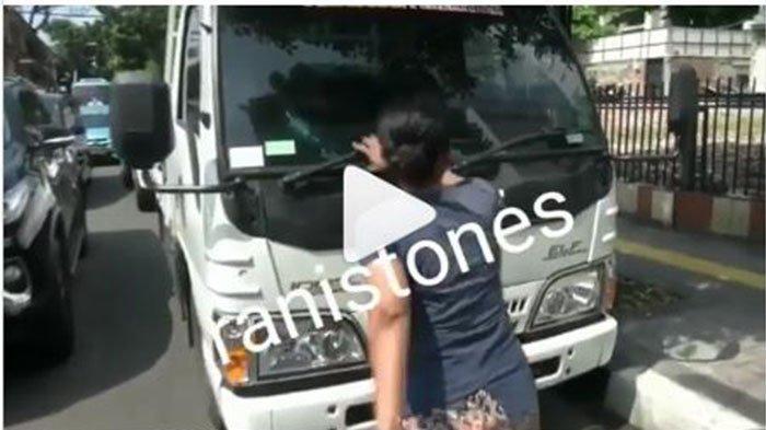 VIDEO, Emak-emak Ngamuk setelah Motornya Ditertibkan dari Trotoar, Nekat Hadang Mobil