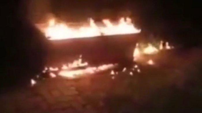 Viral video warga Bondowoso tolak pemakaman Covid-19, bahkan rebut jenazah dan bakar peti, di Desa Kemirian, Tamanan, Bondowoso, Jumat (16/7/2021), sekitar pukul 23.00 WIB.