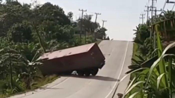 Viral Detik-detik Truk TrailerTerperosok ke Jurang, Tak Kuat Menanjak di Jalintim Pelalawan