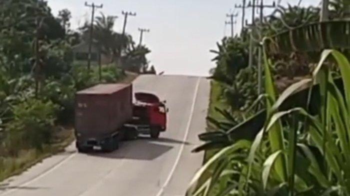 Viral video detik-detik satu unit truk trailer terperosok ke jurang karena tidak berhasil menanjak di Jalintim Pelalawan Riau viral pada Rabu (15/09/2021) sore lalu.