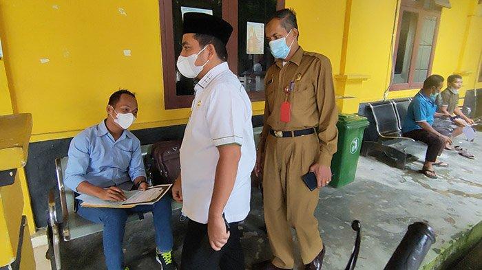 Wabup Pelalawan H Nasarudin SH MH didampingi Kepala Disdukcapil Nipto Anin saat sidak pelayanan di kantor Disdukcapil, Selasa (31/8/2021).