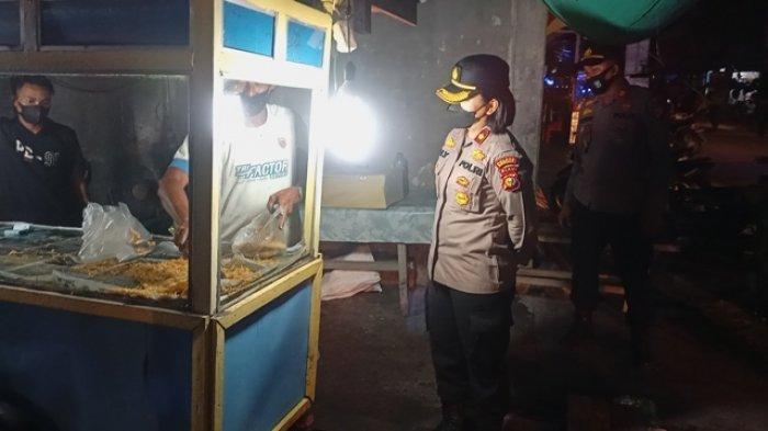 Polres Bengkalis Patroli Sambil Bagikan Bansos, Wakapolres Borong Gorengan Pedagang