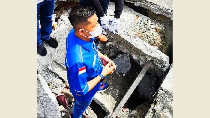 Wakil Ketua DPRD Pekanbaru T Azwendi Fajri SE, saat turun ke box culvert yang berada di jalan alternatif menuju Jalan Harapan Raya, rusak parah,  Senin (21/12/2020).