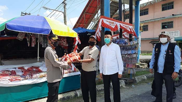 Dapat Rezeki Nomplok Pedagang Kaki Lima Sumringah, Wali Kota Dumai Borong Bendera Lalu Lakukan Ini