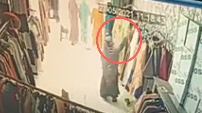 Hanya 60 Detik Wanita di Padang Ini Bawa Kabur Baju Kebaya Dari Toko, Aksinya Terekam CCTV