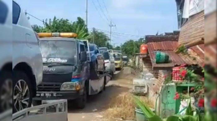 Warga Desa Ini Kaya Mendadak, 176 Mobil Inova Baru Tiba Pakai Towing, Ternyata Mereka Baru Jual Ini
