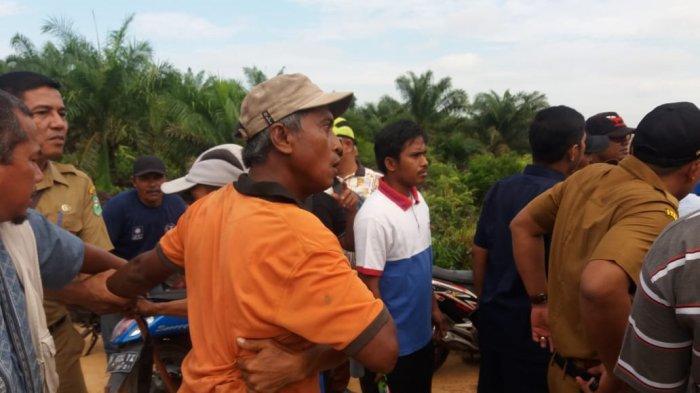 Warga Kecamatan Mempura terlihat emosi saat Komisi II DPRD Siak berkunjung ke areal PT DSI, Senin (27/1/2020). Warga tak terima karena jembatan akses ke kebun mereka diputus pihak perusahaan.