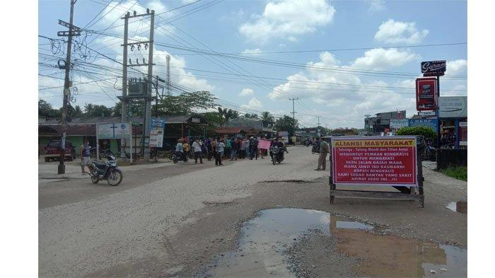 Sudah 21 Tahun Berlangsung Jalan Tetap Rusak dan Berdebu, Warga Sebanga Kesal dan Tutup Akses Jalan