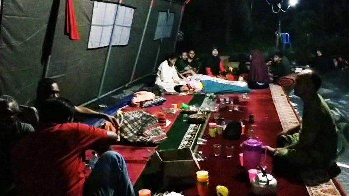 Rumah Terendam Banjir, Warga Tangkerang Labuai Pekanbaru Sahur di Tenda Pengungsian