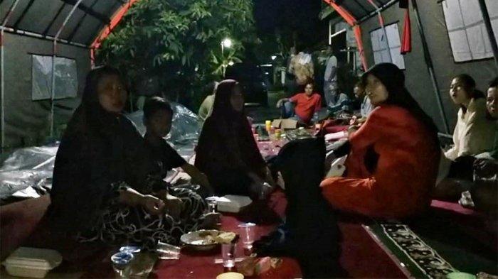 Warga di Kelurahan Tangkerang Labuai, Kecamatan Bukit Raya, tahun ini menjalani kegiatan Bulan Suci Ramadhan di tengah genangan air.