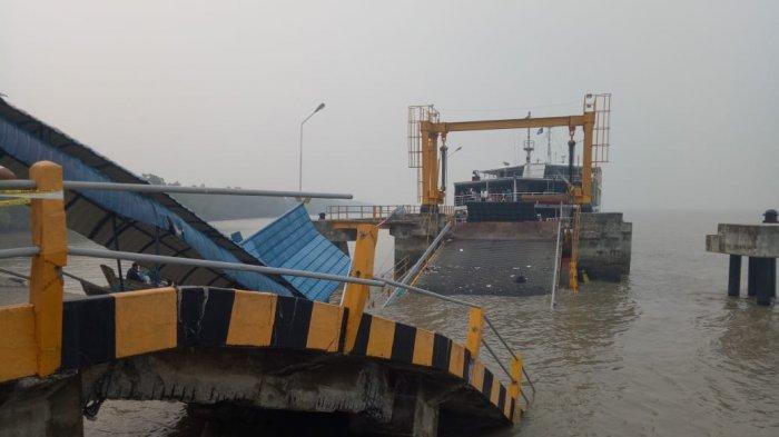 Jembatan Dermaga Menuju Ponton di Pelabuhan Tanjung Buton Riau Ambruk