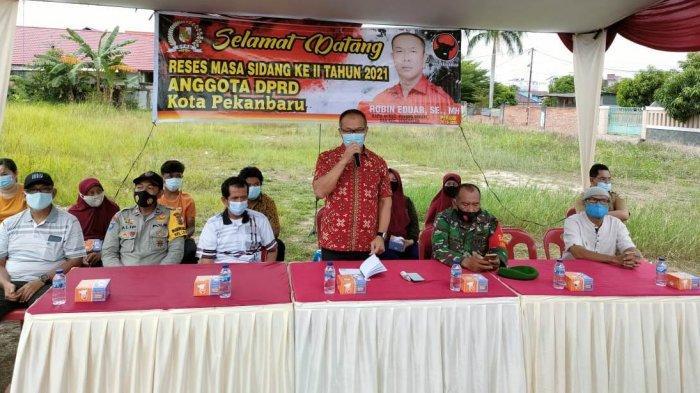 Keluhan ini disampaikan warga saat reses (menjemput aspirasi), Anggota DPRD Pekanbaru Robin Eduar SH MH, di Jalan Akedemi RT 03/RW 12, Kelurahan Labuh Baru Timur, Kecamatan Payung Sekaki, Pekanbaru, Senin petang (22/3/2021).