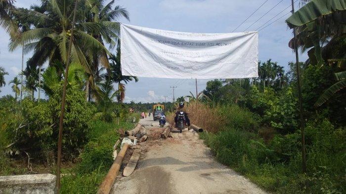 Warga Keritang dan Reteh Inhil Protes Jalan Rusak Tak Diperbaiki, Gubri Syamsuar Janjikan Tahun Ini