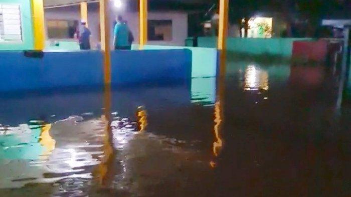 Masjid Arafah di Jalan Arafah Kelurahan Sumber Sari, Kecamatan Lima Puluh Pekanbaru, yang dimasuki air, pada Selasa (26/4/2021) lalu.
