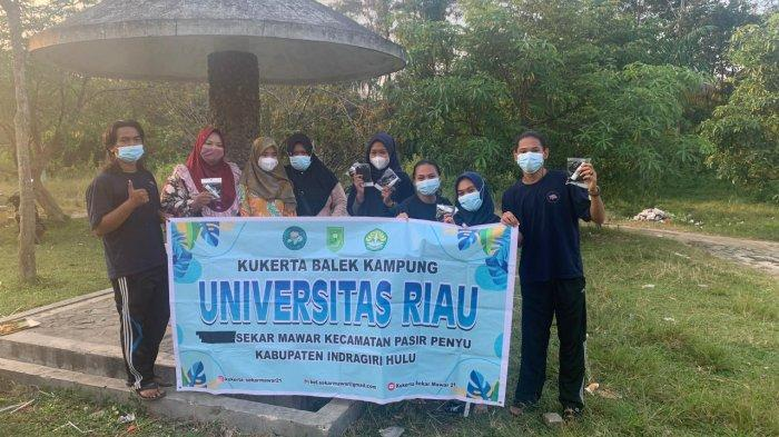 Foto para mahasiswa Kuliah Kerja Nyata (Kukerta) Universitas Riau membuat sejumlah program, salah satunya tukar sampah jadi makanan di Kelurahan Sekar Mawar, Kecamatan Pasir Penyu, Indragiri Hulu.