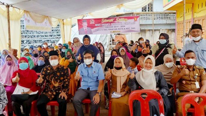 Anggota DPRD Pekanbaru H Ervan (baju batik/depan) dan Wakil Ketua DPRD Pekanbaru Ginda Burnama ST (biru muda/depan) usai reses, foto bersama warga Tangkerang Timur, Tenayan Raya, Pekanbaru, Selasa (23/3/2021).