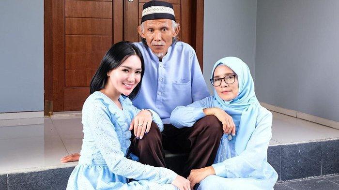 Wika Salim Rayakan Idul Fitri Bareng Keluarga, Ada yang Bilang: Cantik Doang Tapi Gak Pakai Jilbab