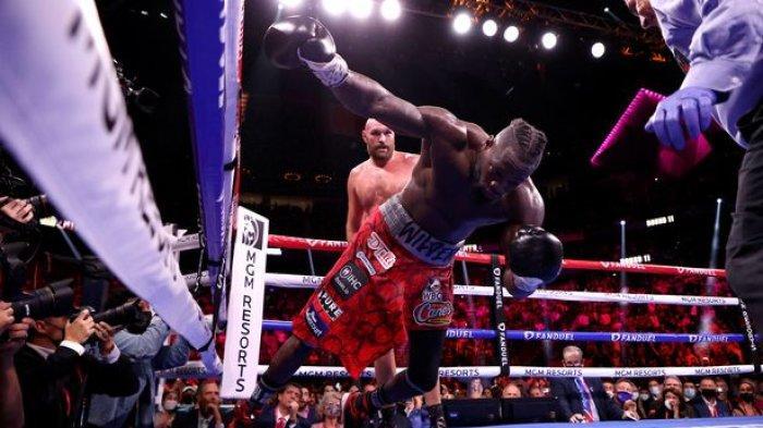 Wilder tumbang saat pukulan telak Fury mendarat di rahangnya