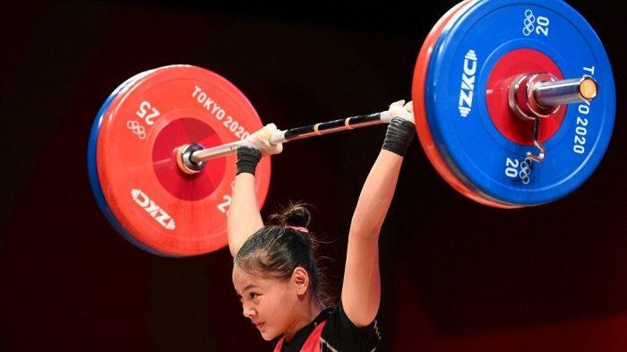 Atlet Indonesia Windy Cantika Aisah bertanding dalam cabang olahraga angkat besi 49kg putri Olimpiade Tokyo 2020 di Tokyo International Forum di Tokyo, 24 Juli 2021.