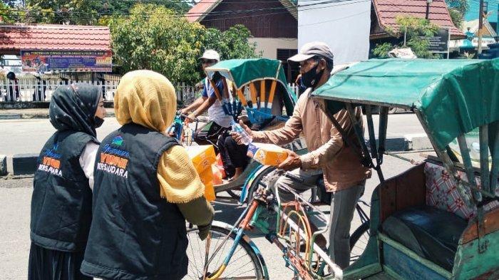 Yayasan Vioni Bersaudara (YVB) Kabupaten Inhil yang Di komandoi oleh Vioni Izzati Karmelin, membagikan nasi kotak kepada warga, khususnya tukang becak di sekitar Tembilahan, Rabu (31/3/2021).