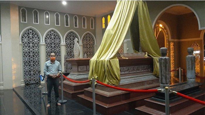 Lantunkan Doa dan Berzikir, Banyak Warga Luar Daerah Berziarah ke Makam Sultan Syarif Kasim II