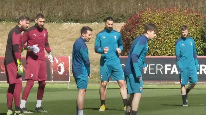 Zlatan Ibrahimovic terlihat mengikuti sesi latihan jelang laga kontra Manchester United dini hari nanti.